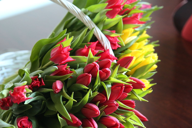 Populiariausia dovana Motinos dienos proga – gėlės ir saldumynai