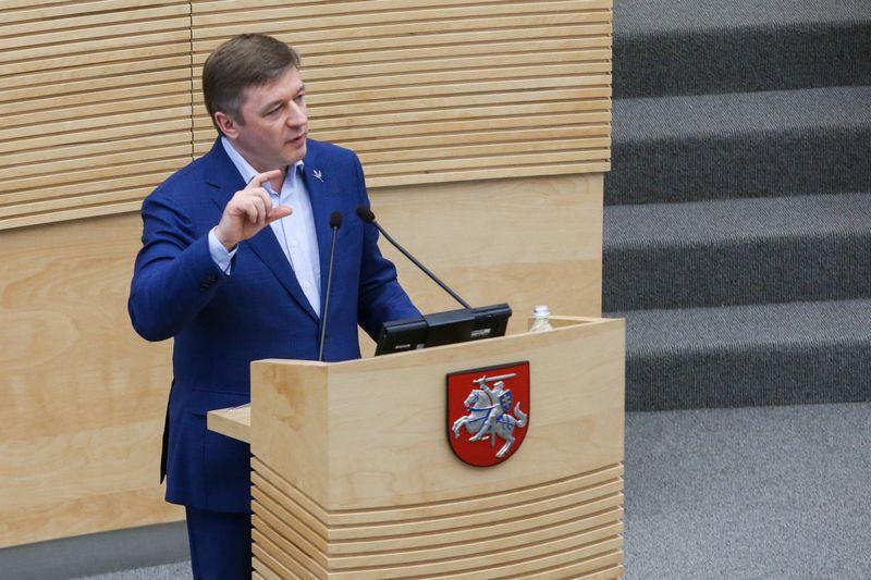 Rezoliucijos projektą, kuriame pritariama Vyriausybės veiklai, Seimui pateikė valdančiųjų lyderis Ramūnas Karbauskis. Vladimiro Ivanovo (VŽ) nuotr.