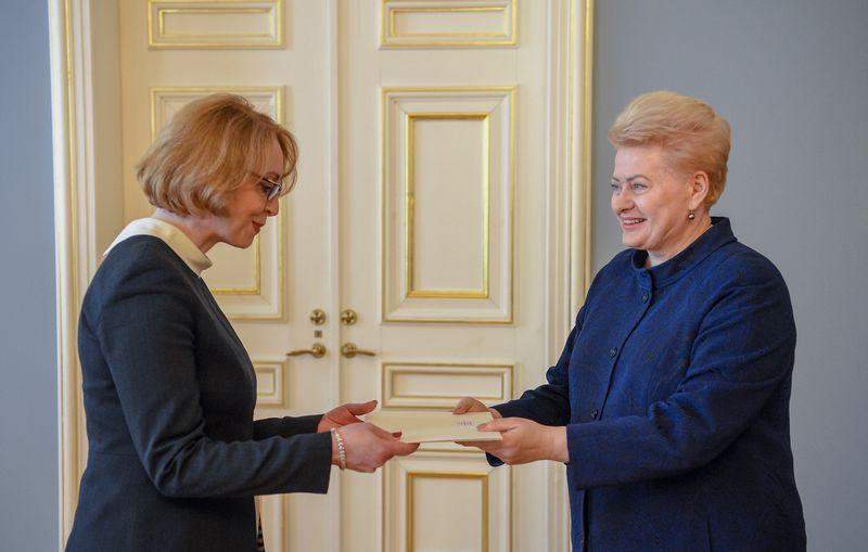 Prezidentė įteikė skiriamuosius raštus Lietuvos amabsadorei EBPO Linai Viltrakienei. Roberto Dačkaus (LR Prezidentūros kanceliarija) nuotr.