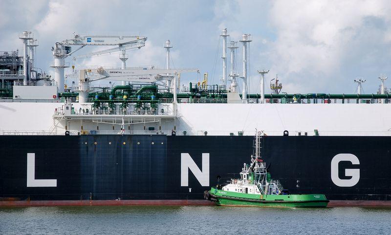 """Suskystintų gamtinių dujų terminalas """"Independence"""" ir dujovežis """"Clean Ocean"""". Naglio Navako (VŽ) nuotr."""