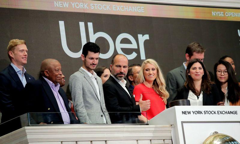 """""""Uber Technologies Inc."""" vadovybė penktadienį dalyvavo prekybos atidarymo ceremonijoje, pavėžėtojui debiutuojant NYSE biržoje.  Brendan McDermid (""""Reuters"""" / """"Scanpix"""") nuotr."""
