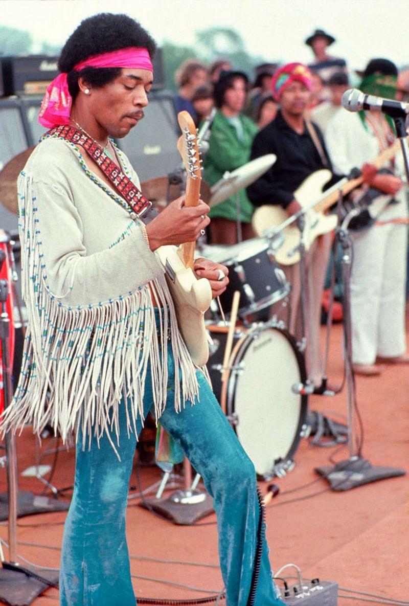 """""""Vudstokas 50"""" norėtų atgaivinti tą dvasią, kuri festivalyje tvyrojo 1969-aisiais, tačiau kol kad nepavyksta rasti idėja tikinčių investuotojų. Nuotraukoje - Jimis Hendrixas, 1969 m.  Henry Diltzo (AFP/""""Scanpix"""") nuotr."""
