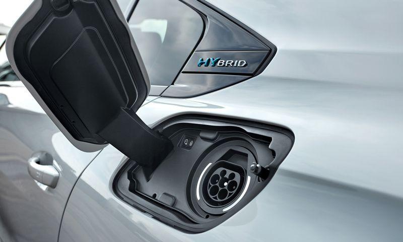 """Europoje sparčiai populiarėja elektros pavarą turintys nauji automobiliai. """"Peugeot"""" nuotr."""