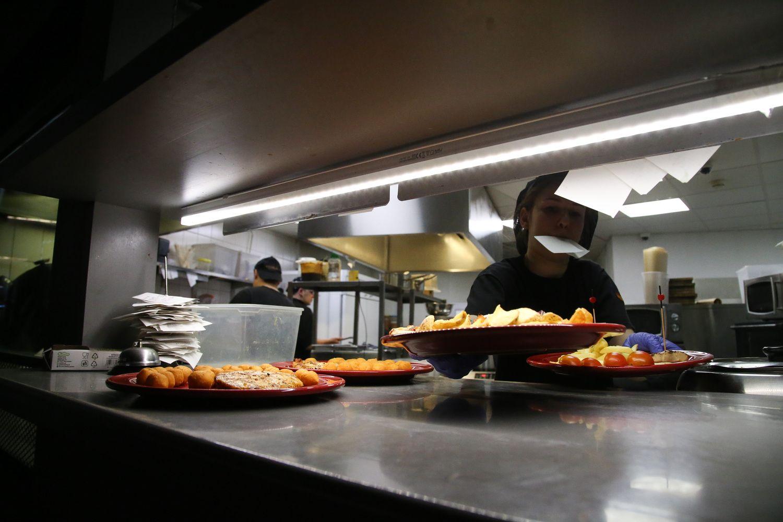 VŽ paaiškina: ar klientus restorane gali aptarnauti darbuotojai, nemokantys valstybinės kalbos