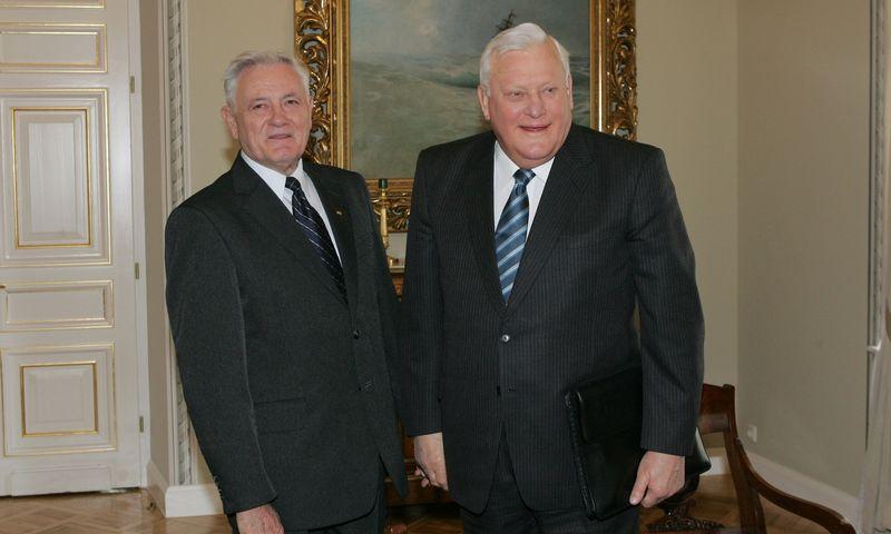 Algirdą Brazauską (dešinėje) 1998 m. prezidento poste pakeitė Valdas Adamkus. Juditos Grigelytės (VŽ) nuotr.