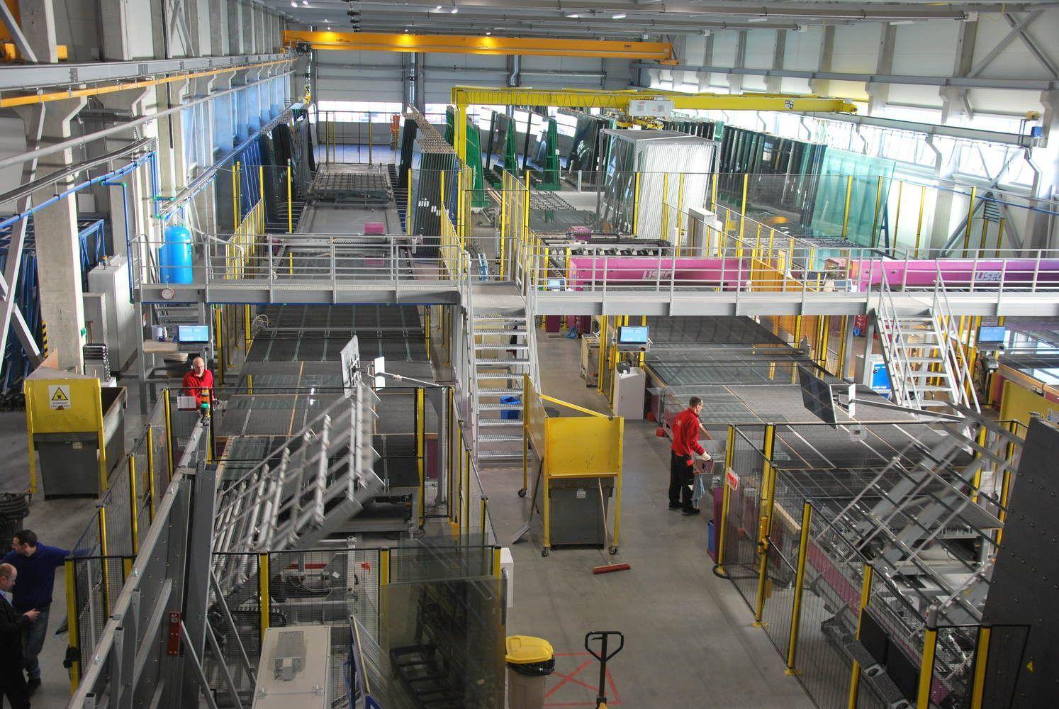 """Naują gamyklą atidariusi """"Glass LT"""" dar mokosi dirbti su naujomis technologijomis"""