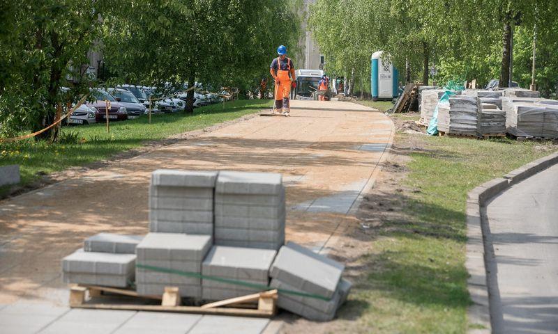 Vilniaus Šeškinėje tiesiamas kilometro ilgio dviračių takas įsilies į bendrą tinklą. Sauliaus Žiūros nuotr.