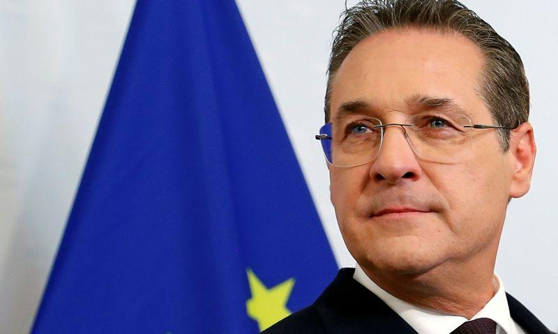"""Austrijos vicekancleris Heinzas-Christianas Strache skelbia atsistatydinantis.  Leonhardo Foegerio/(""""Reuters""""/""""Scanpix"""") nuotr."""