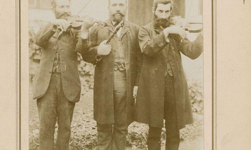 Trys žydų muzikantai. Retas Lietuvos žydas nemokėjo kelių kalbų. Stanislovo Kosakovskio nuotrauka, Nacionalinis M. K. Čiurlionio dailės muziejus