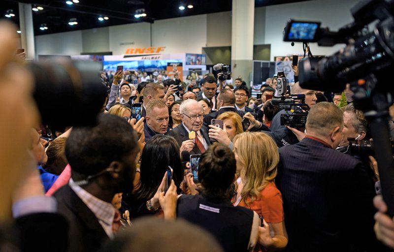 """Warrenas Buffettas """"Berkshire Hathaway"""" vadovas, kasmetiniame bendrovės akcininkų susirinkime. Johannes Eisele  (AFP / """"Scanpix"""") nuotr."""