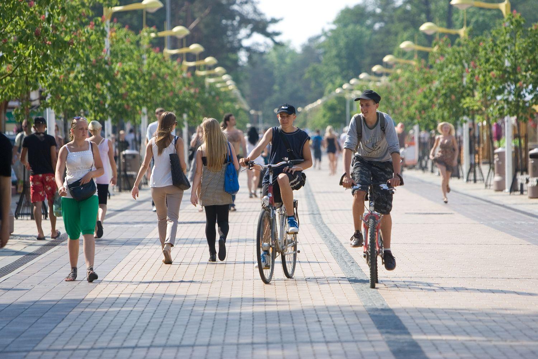 Palangos J. Basanavičiaus gatvėje uždrausta vasarą važiuoti paspirtukais, dviračiais
