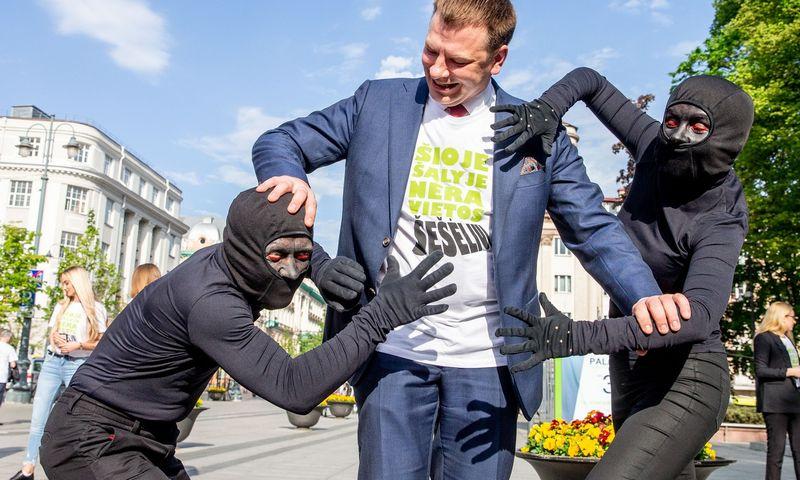 """Finansų ministras Vilius Šapoka dalyvauja akcijoje """"Šioje šalyje nėra vietos šešėliui"""". Juditos Grigelytės (VŽ) nuotr."""
