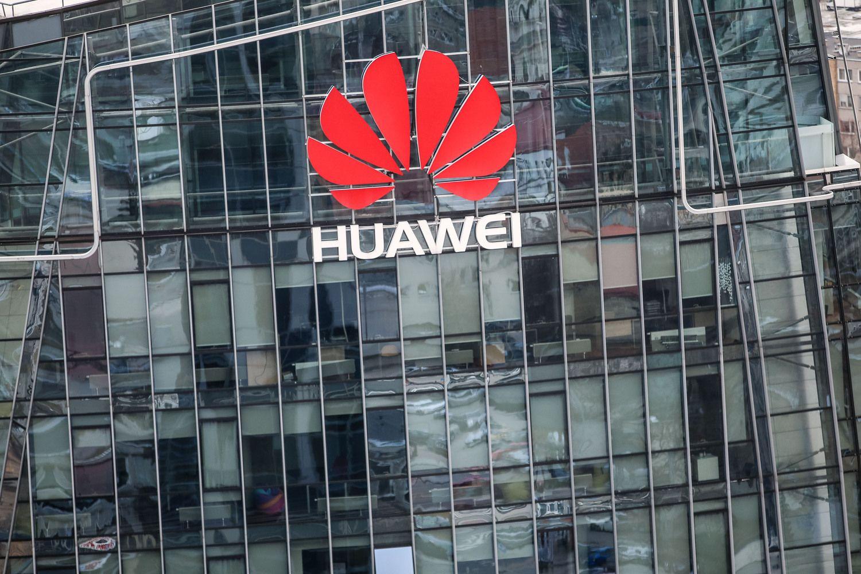 """""""Huawei"""": apsieisime be """"Google"""" ir amerikietiškų lustų"""