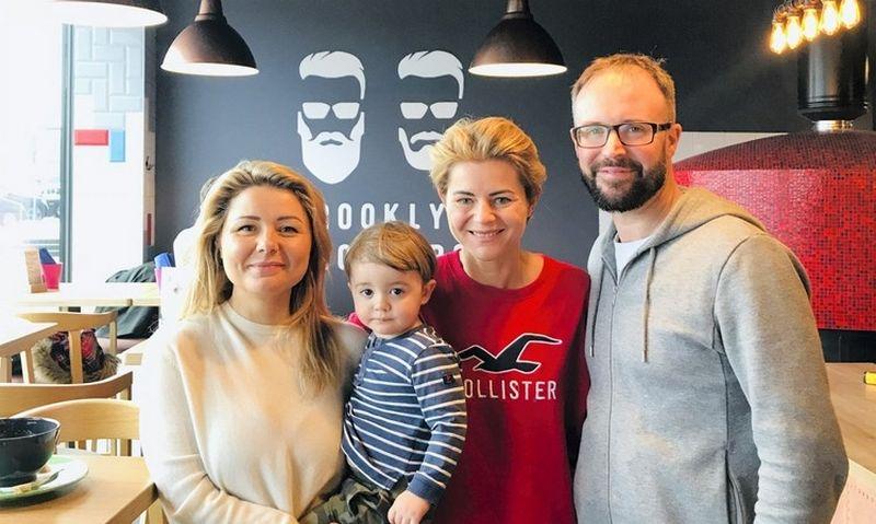 """""""Burokėlio ir krapo"""" akcininkai ir vadovai: laidų vedėja Beata Nicholson, Odeta Bložienė, Tomas Nicholsonas. Bendrovės nuotr."""