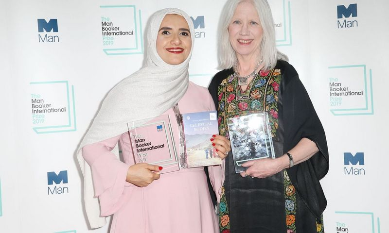 """Omano rašytoja Jokha Alharthi (kairėje) ir vertėja Marilyn Booth tarptautinės Man Booker"""" premijos prizą – 50.000 GBP, dalijasi po lygiai. Isabelės Infantes (AFP/""""Scanpix"""") nuotr."""