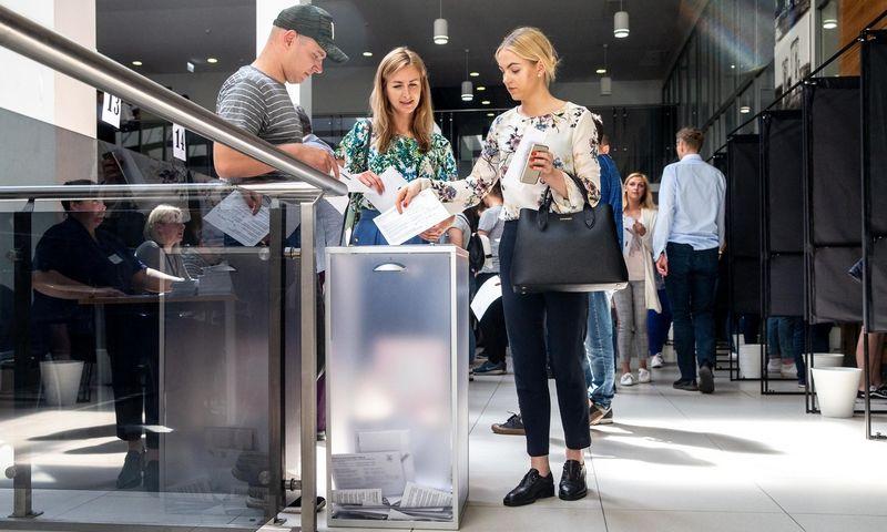 Piliečiai balsuoja išankstiniuose prezidento rinkimuose II ture bei Europos parlamento rinkimuose Vilniaus savivaldybėje. Juditos Grigelytės (VŽ) nuotr.