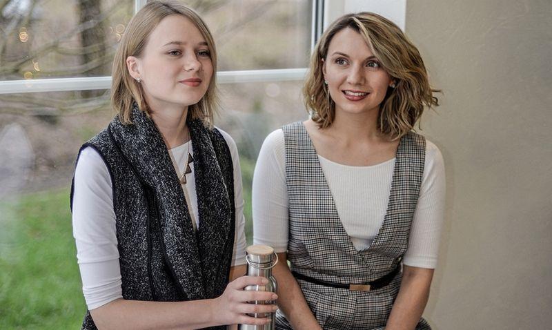 """Miglė Makuškaitė (kairėje) ir Laura Prievelytė-Juknė, prekės ženklo """"Urban Earth Lovers"""" įkūrėjos, sako, kad apie 40% iš 500 prekių asortimento yra lietuviški prekės ženklai. Bendrovės nuotr."""