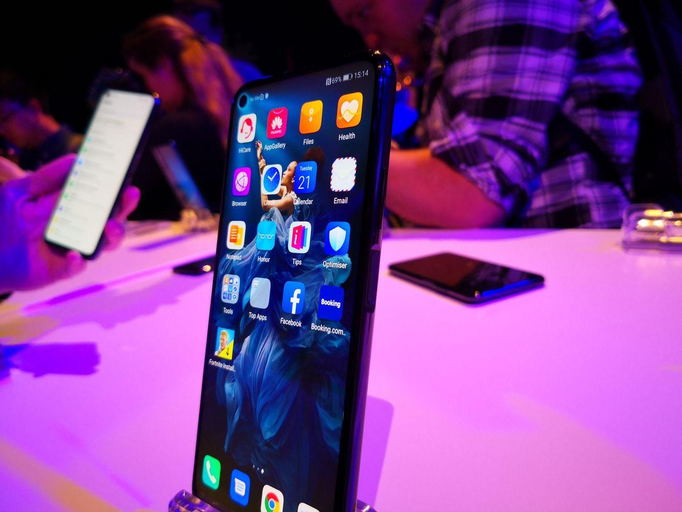 """""""Honor"""" telefonų pristatymą aptemdė JAV ir """"Huawei"""" konfliktas"""