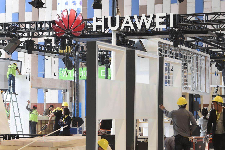 """Japonų kompanijos stabdo bendradarbiavimą su """"Huawei"""""""