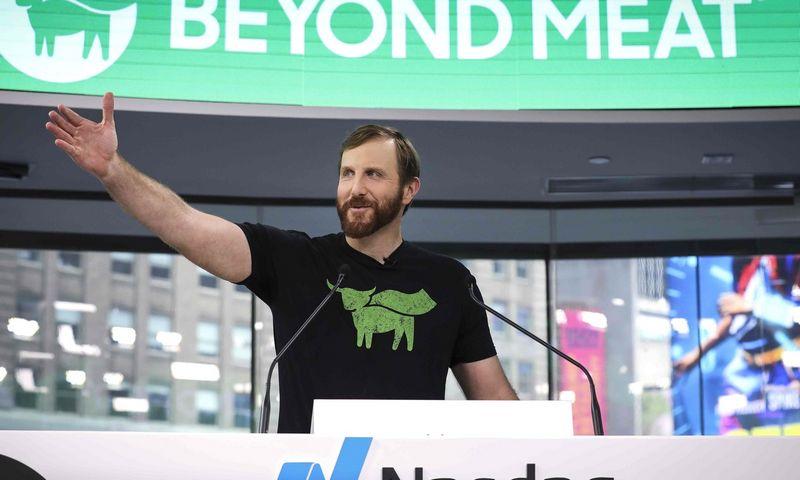 """JAV mėsos pakaitalų gamybos bendrovės """"Beyond Meat"""" debiutas biržoje, kai akcijos per dieną pabrango daugiau nei 160%, prikaustė didelį investuotojų ir žiniasklaidos dėmesį. Drew Angererio (AFP / """"Scanpix"""") nuotr."""
