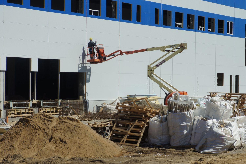 Spekuliacinė statyba pramonei: galima išlošti, bet tinka ne visiems