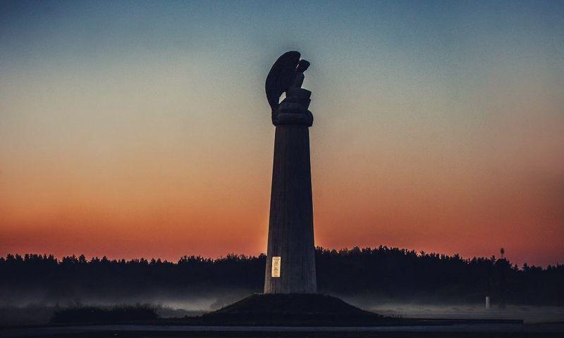 """Manto Paulausko skulptūra """"Angelas"""" M. K. Čiurlionio kūrybos motyvais Senojoje Varėnoje. www.ciurlioniokelias.nuotr."""