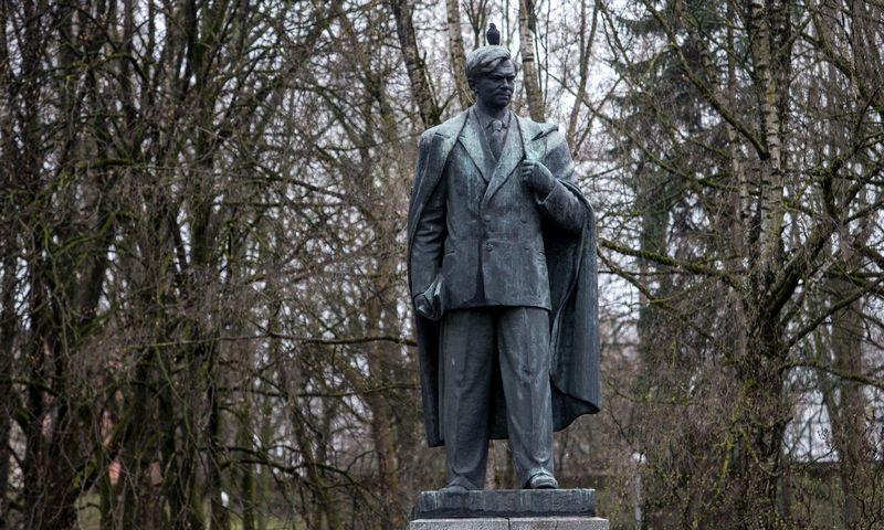 Paminklas rašytojui Petrui Cvirkai Vilniuje. Juditos Grigelytės (VŽ) nuotr.