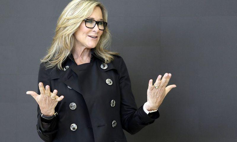"Angela Ahrendts, buvusi ""Apple"" prekybos vadovė. Erico Risbergo (AP) nuotr."