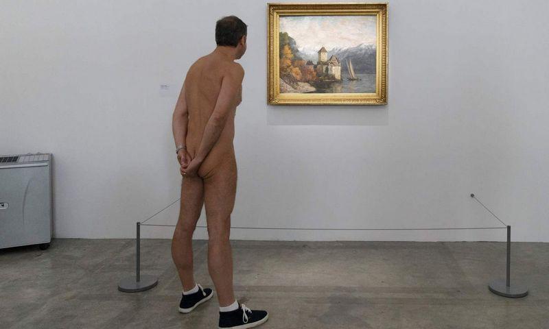 """Meninė akcija: nudistai """"Palais de Tokyo"""" muziejuje (Paryžius). AFP/""""Scanpix"""" nuotr."""