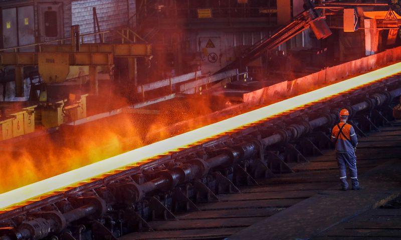 """""""ArcelorMittal"""" jau antrą kartą priversta mažinti plieno gamybos apimtį. Yves'o Hermano (""""Reuters"""" / """"Scanpix"""") nuotr."""