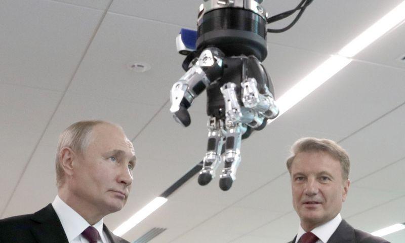 """Rusijos prezidentas Vladimiras Putinas ir Hermanas Grefas, """"Sberbank"""" valdybos pirmininkas (dešinėje). Mikhail Metzel (TASS/""""Scanpix"""") nuotr."""