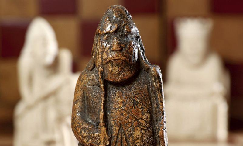 """Kardą laikančio rūškano vyriškio statulėlę 1964 m. įsigijęs prekiautojas senienomis žinojo, kad ji - iš šachmatų rinkinio, tačiau apie tikrąją vertę nė nenutuokė.  Tristano Fewingso (AP/""""Scanpix"""") nuotr."""