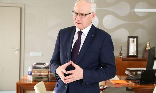 Ministras palaiko mokslo metų ilginimą, dalis mokyklų vadovų abejoja