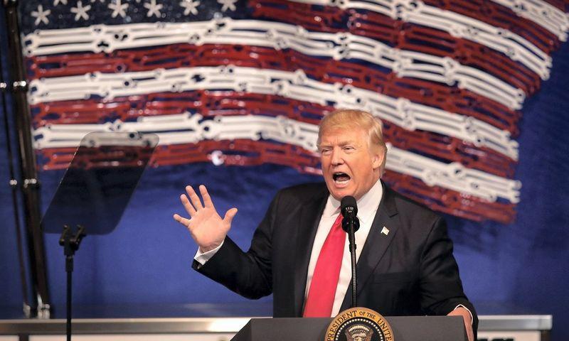 """JAV prezidentas Donaldas Trumpas ir kiti imigracijos griežtinimo šalininkai sako, kad socialinių tinklų informacija padės apsisaugoti nuo teroristų. Scoto Olsono (AFP/""""Scanpix""""/""""Reuters"""") nuotr."""