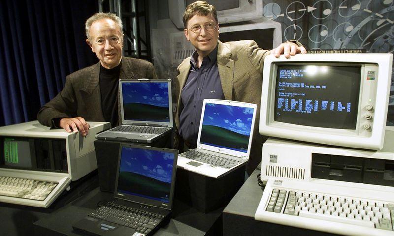 """""""Intel"""" vadovas Andy Grove'as (dešinėje) ir """"Microsoft"""" vadovas Billas Gatesas IBM 20-ųjų metinių minėjime. """"Reuters"""" nuotr."""