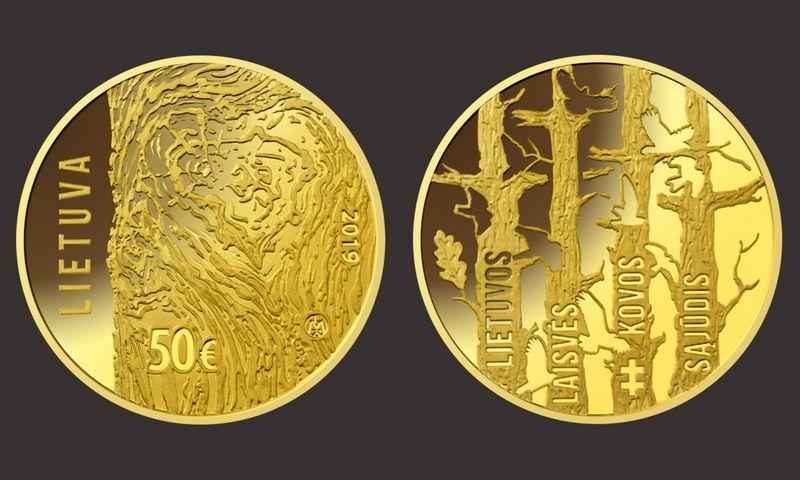 Monetos averse – širdies, o pačiame vidury – ir Lietuvos kontūrą formuojančios medžio rievės, kurios yra tarsi simboliniai randai. Lietuvos banko nuotraukų koliažas.