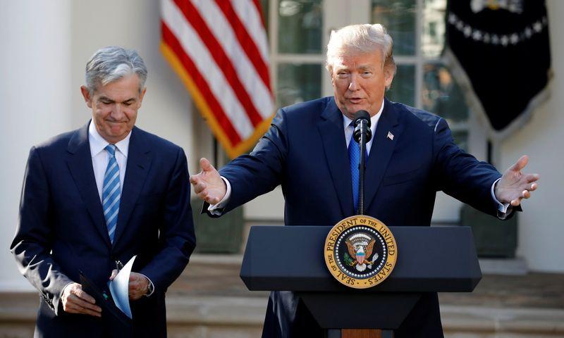 """Iš kairės: FED vadovas Jerome'as Powellas ir JAV prezidentas Donaldas Trumpas. Carlos Barria (""""Reuters"""" / """"Scanpix"""") nuotr."""