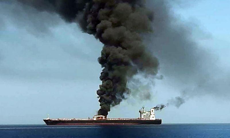 """Naujienų agentūros AFP gautas Irano valstybinės televizijos IRIB kadras. Jame, tariamai, matomas degantis tanklaivis """"Front Altair"""". AFP PHOTO / HO / IRIB / """"Scanpix"""" nuotr."""