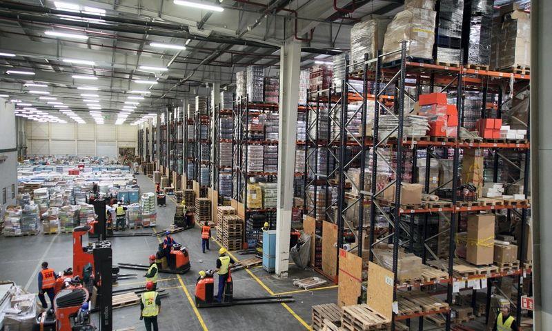 """Prekybos centro sandėlyje netoli Teresino Lenkijoje pusę darbuotojų sudaro ukrainiečiai. AP / """"Scanpix"""" nuotr."""