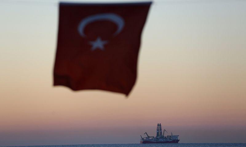 """Turkijos gamtinių dujų žvalgymo laivas """"Fatih"""", matomas nuo Antalijos krantų. Kaano Soyturko (""""Reuters"""" / """"Scanpix"""") nuotr."""
