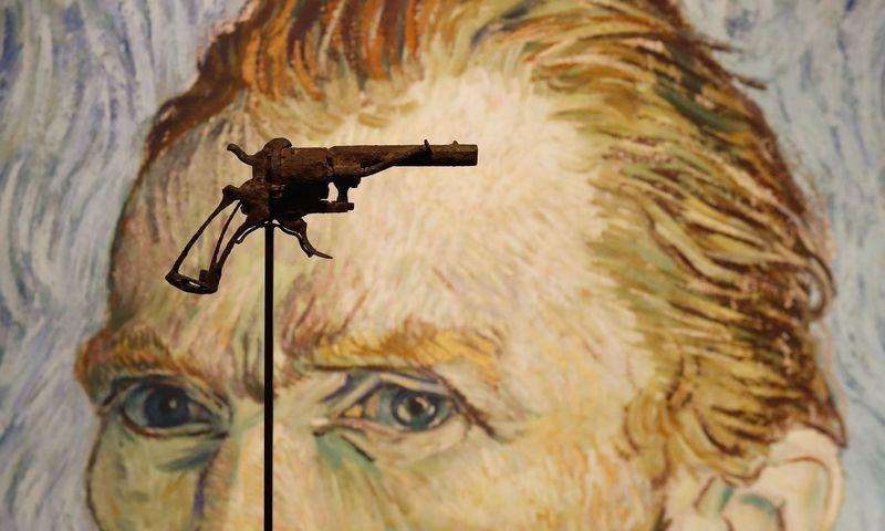 """Už ginklą, kuriuo galimai nusišovė olandų dailininkas Vincentas Van Goghas, gauta kone tris kartus didesnė suma, negu aukcionų namai tikėjosi. Francois Guillot (AFP/""""Scanpix"""") nuotr."""