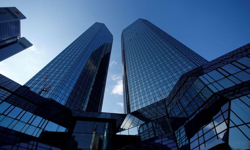 """""""Deutsche Bank"""" būstinė Frankfurte. Ralpho Orlowskio (""""Reuters"""" / """"Scanpix"""") nuotr."""