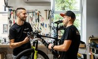 Vilniuje radosi dviračių taisykla, kur klientai patys pasisiūlo nudirbti dalį darbų