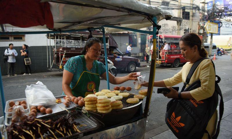 "Gatvės maisto pardavėja Tailande. ""Scanpix"" nuotr."