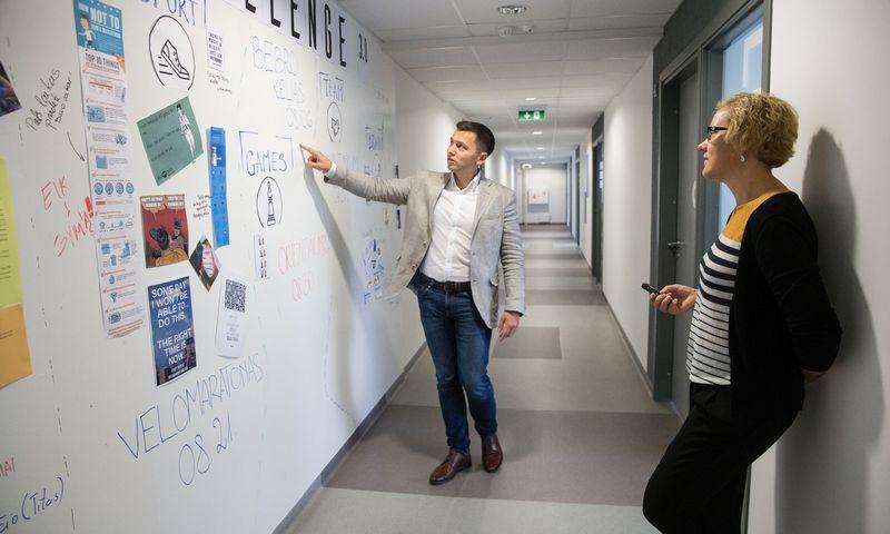 """Andžejus Šuškevičius, """"Baltic Amadeus"""" generalinis direktorius, rodo įmonės biurą Vilniuje. Juditos Grigelytės (VŽ) nuotr."""