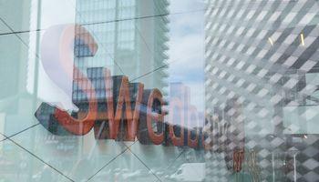 """""""Swedbank"""" klientas siuntė pinigus Dubajaus princui, nusiuntė sukčiams: susigrąžinti nepavyko"""