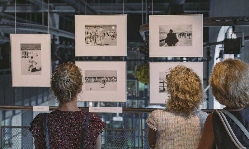 """MO muziejus visai vasarai į Klaipėdą išvežė Algimanto Kunčiaus fotografijų parodą """"Prie jūros"""". MO muziejaus nuotr."""