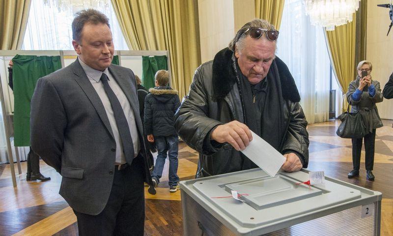 """Gerardas Depardieu Rusijos ambasadoje Paryžiuje balsuoja 2018 m. Rusijos Federacijos prezidento rinkimuose. , Dominique Boutin (""""TASS""""/""""Scanpix"""") nuotr."""