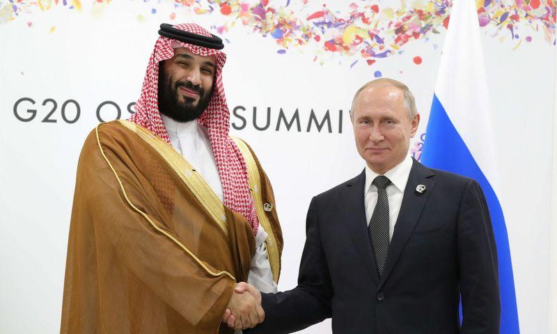 """Saudo Arabijos princas Mohamedas bin Salmanas ir Rusijos prezidentas Vladimiras Putinas. Mikhail Klimentyev (""""Reuters""""/""""Scanpix"""" nuotr.)"""