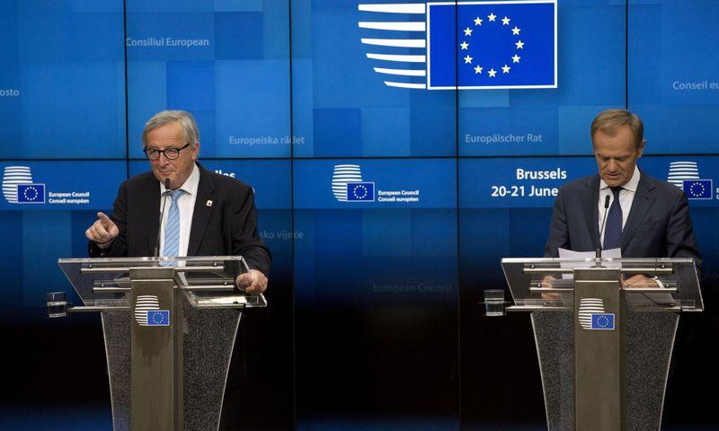"""EK prezidentas Jeanas-Claude'as Junckeris ir EVT prezidentas Donaldas Tuskas. Virginia Mayo (AP/""""Scanpix"""") nuotr."""